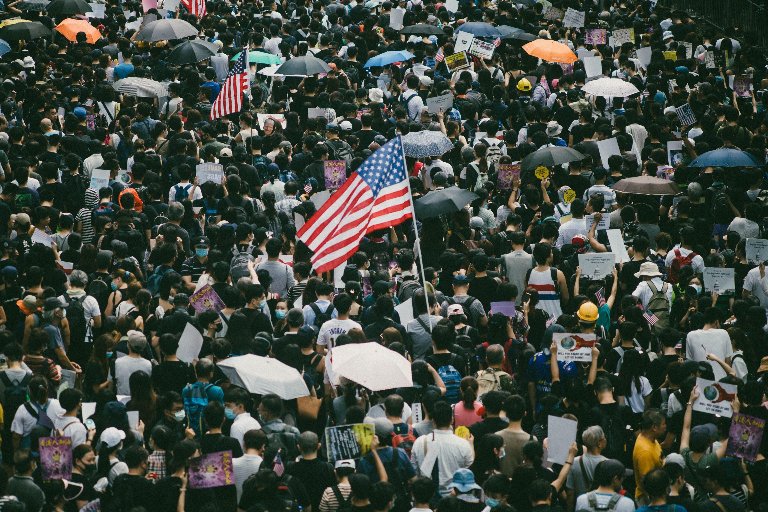 アメリカ連邦議会議事堂前に集まった大勢の人の写真です。